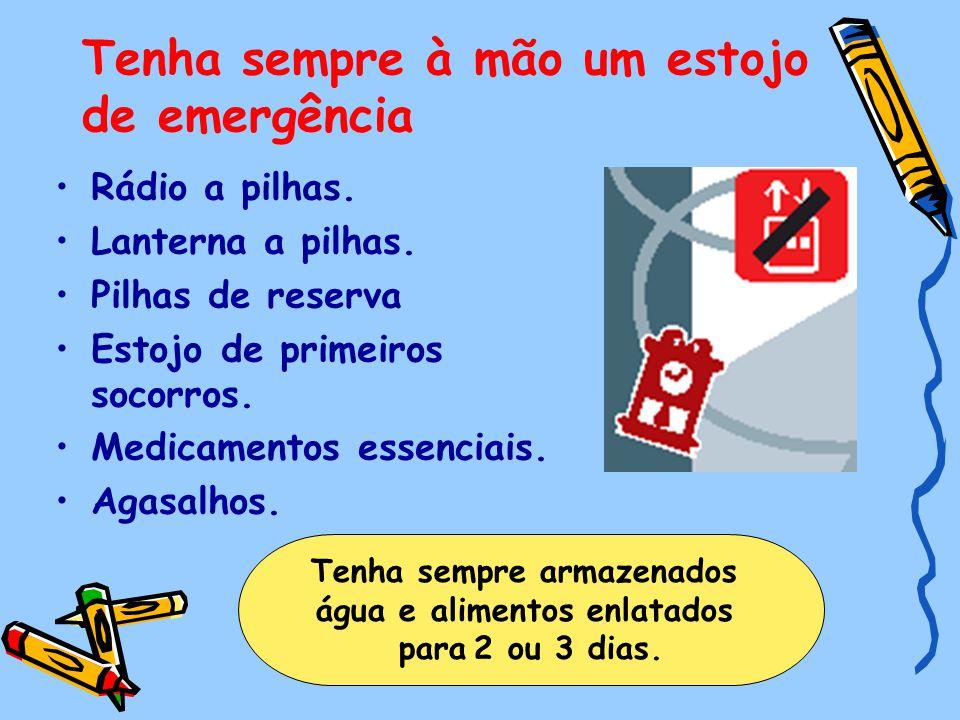Tenha sempre à mão um estojo de emergência Rádio a pilhas. Lanterna a pilhas. Pilhas de reserva Estojo de primeiros socorros. Medicamentos essenciais.