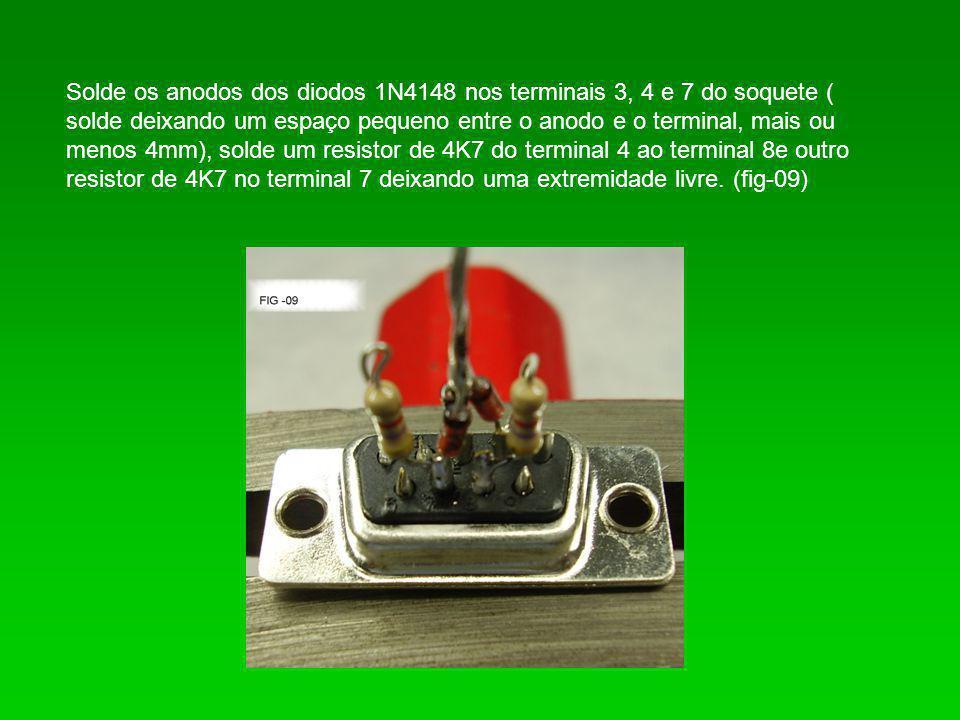 Solde os anodos dos diodos 1N4148 nos terminais 3, 4 e 7 do soquete ( solde deixando um espaço pequeno entre o anodo e o terminal, mais ou menos 4mm),