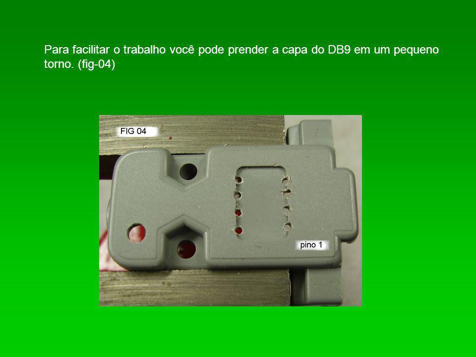 Agora coloque o soquete e o LED, utilize um pouco de cola, observe a posição do soquete e a do LED deixando o LED com o catodo voltado para o lado soquete.