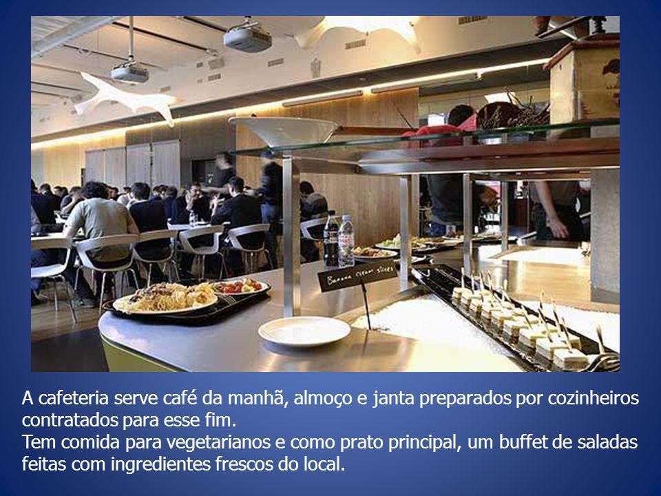 A cafeteria serve café da manhã, almoço e janta preparados por cozinheiros contratados para esse fim.