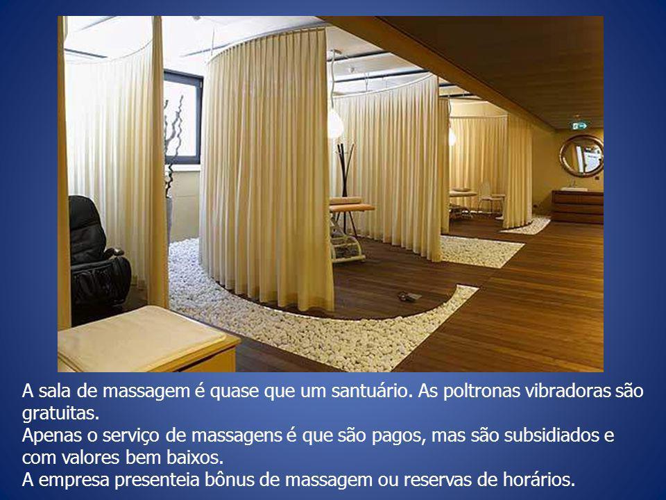 A sala de massagem é quase que um santuário.As poltronas vibradoras são gratuitas.