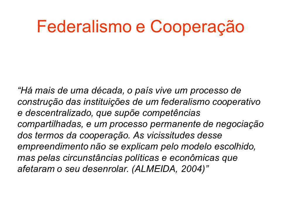 Federalismo e Cooperação Há mais de uma década, o país vive um processo de construção das instituições de um federalismo cooperativo e descentralizado, que supõe competências compartilhadas, e um processo permanente de negociação dos termos da cooperação.