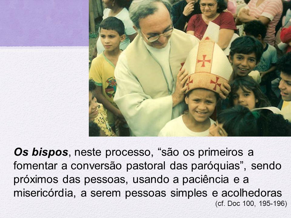 """Os bispos, neste processo, """"são os primeiros a fomentar a conversão pastoral das paróquias"""", sendo próximos das pessoas, usando a paciência e a miseri"""