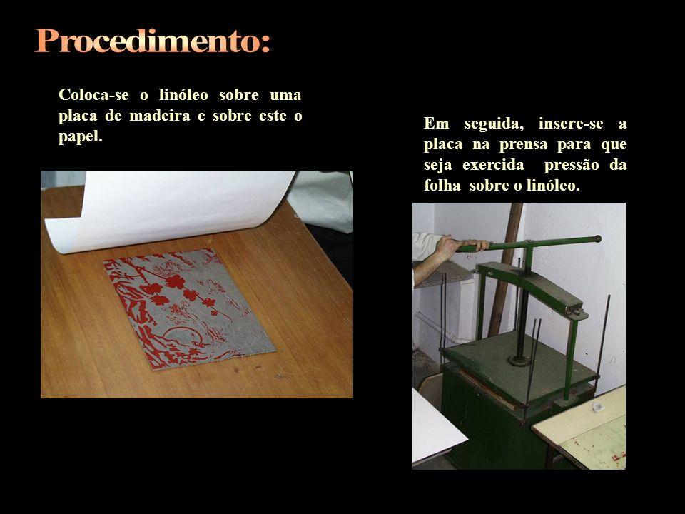 Coloca-se o linóleo sobre uma placa de madeira e sobre este o papel. Em seguida, insere-se a placa na prensa para que seja exercida pressão da folha s