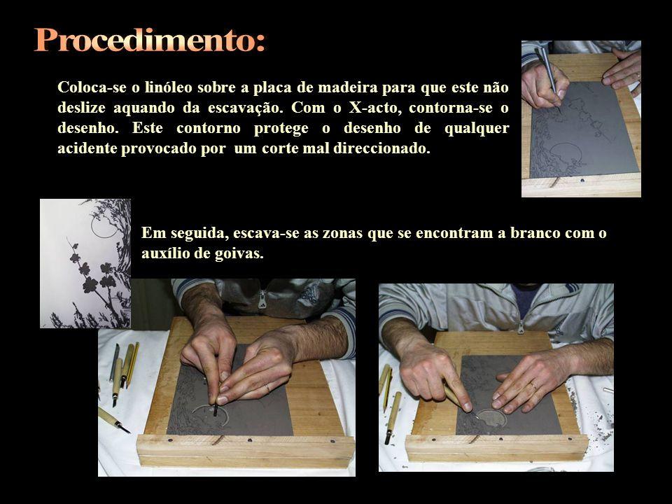 Coloca-se o linóleo sobre a placa de madeira para que este não deslize aquando da escavação. Com o X-acto, contorna-se o desenho. Este contorno proteg