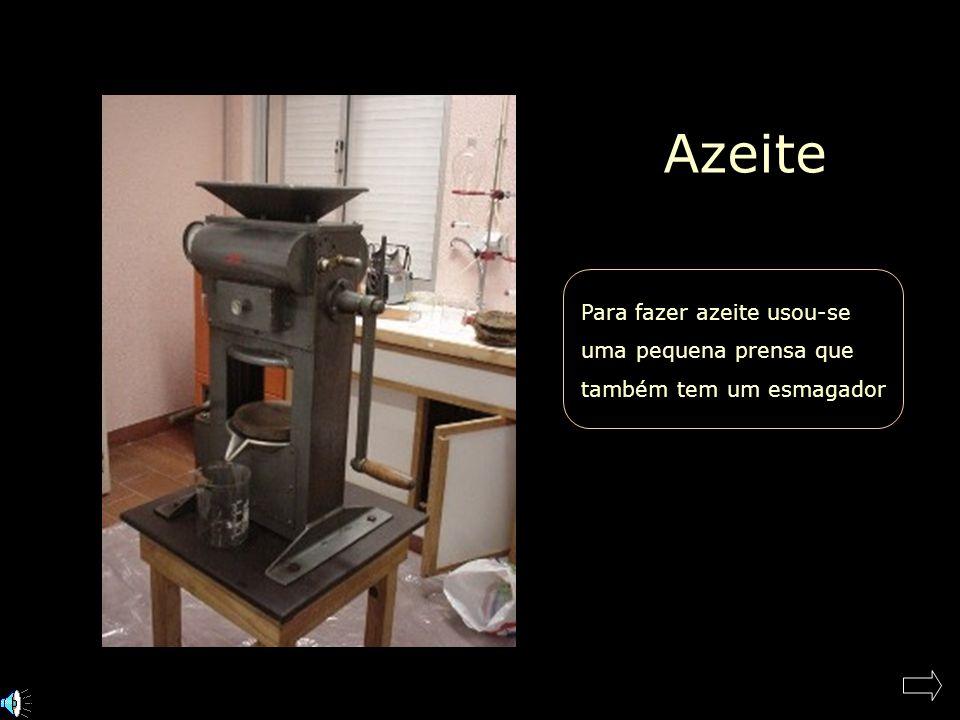 Azeite Para fazer azeite usou-se uma pequena prensa que também tem um esmagador