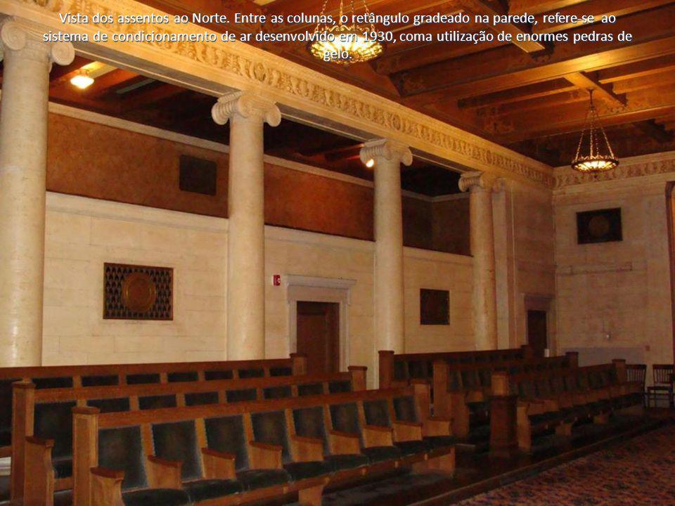 Vista dos assentos ao Norte. Entre as colunas, o retângulo gradeado na parede, refere-se ao sistema de condicionamento de ar desenvolvido em 1930, com