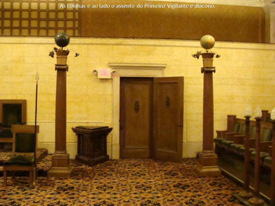 As colunas e ao lado o assento do Primeiro Vigilante e diácono.
