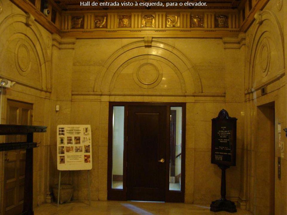 Hall de entrada visto à esquerda, para o elevador.