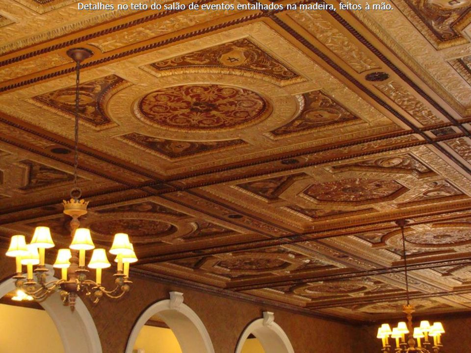 Detalhes no teto do salão de eventos entalhados na madeira, feitos à mão.
