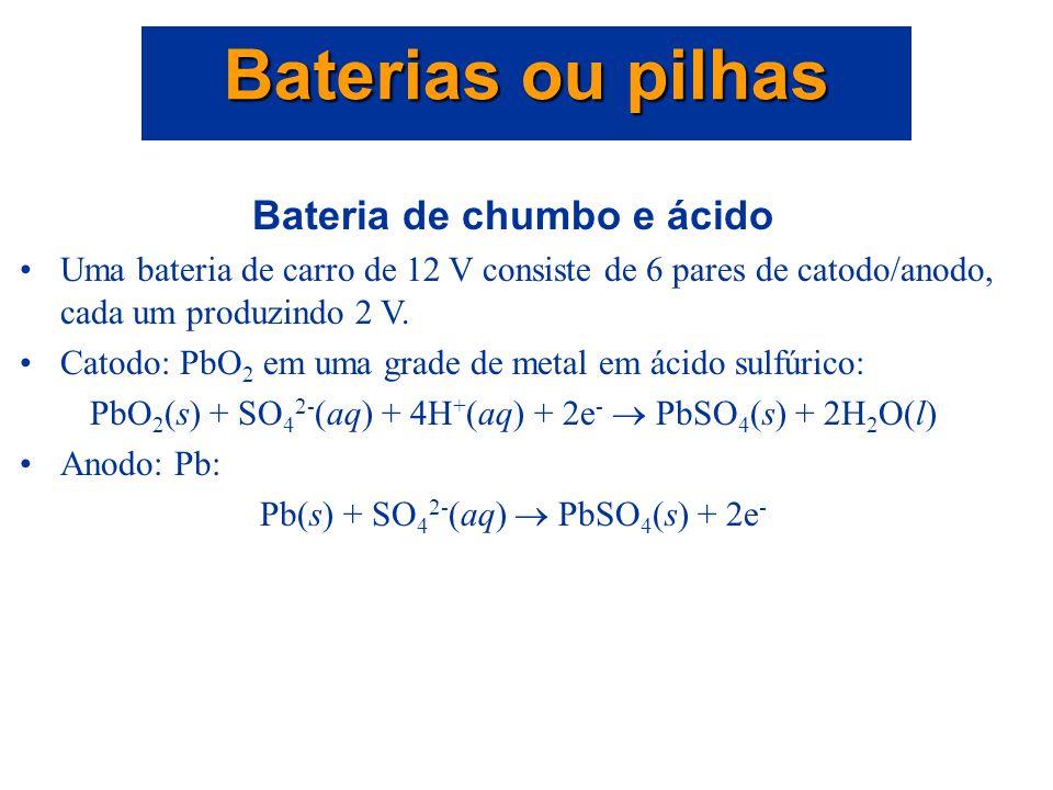 Baterias ou pilhas Uma bateria é um recipiente contendo uma fonte de força eletroquímica com uma ou mais células voltaicas. Quando as células são cone