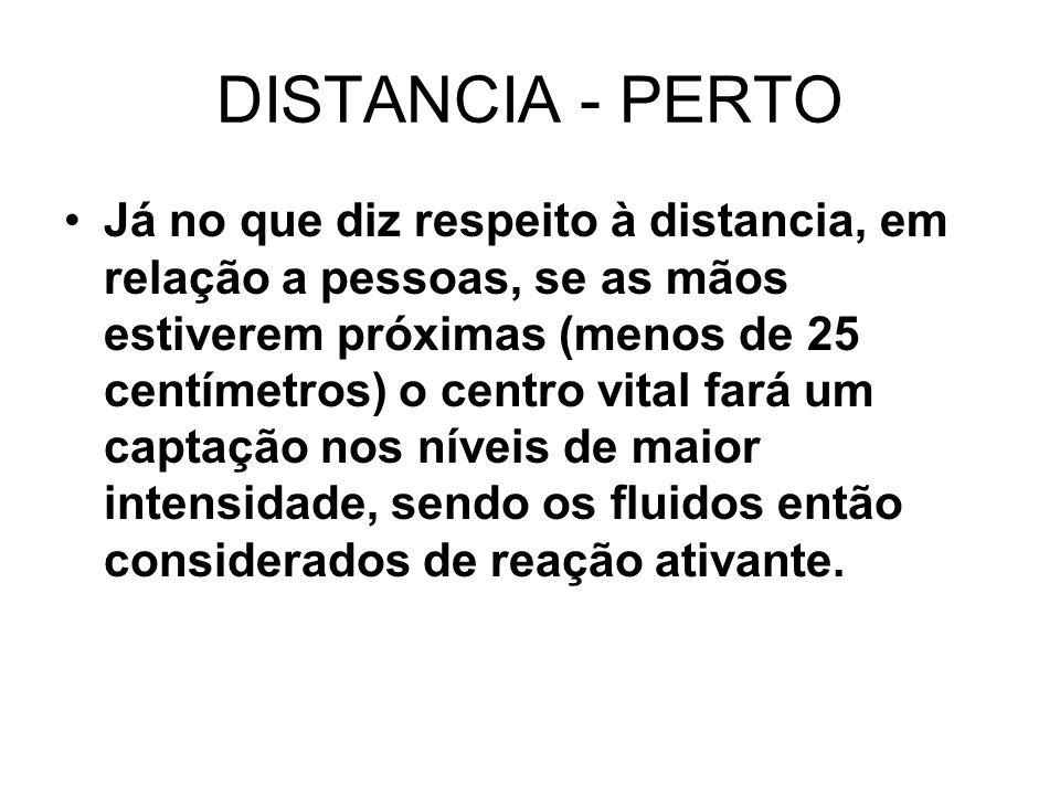 DISTANCIA - PERTO Já no que diz respeito à distancia, em relação a pessoas, se as mãos estiverem próximas (menos de 25 centímetros) o centro vital far