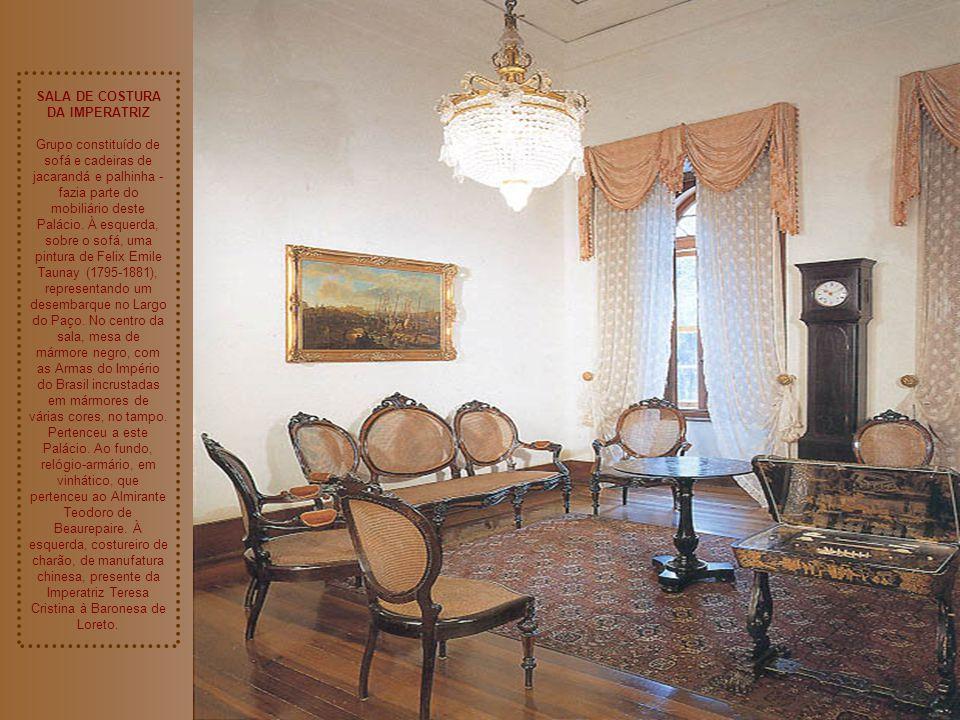 QUARTO DE SUAS MAJESTADES Mobília de jacarandá, apliques com as Armas do Império do Brasil em bronze dourado. Na cama, colcha de cetim bordado a matiz