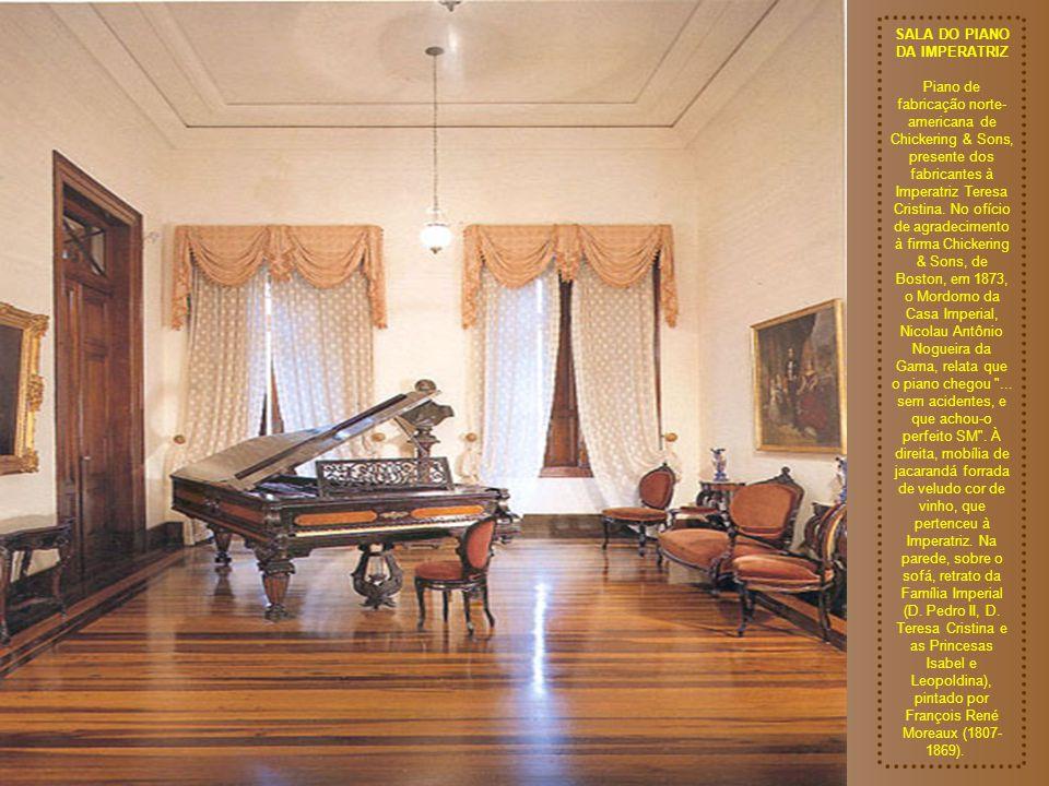 SALA DE COSTURA DA IMPERATRIZ Grupo constituído de sofá e cadeiras de jacarandá e palhinha - fazia parte do mobiliário deste Palácio. À esquerda, sobr