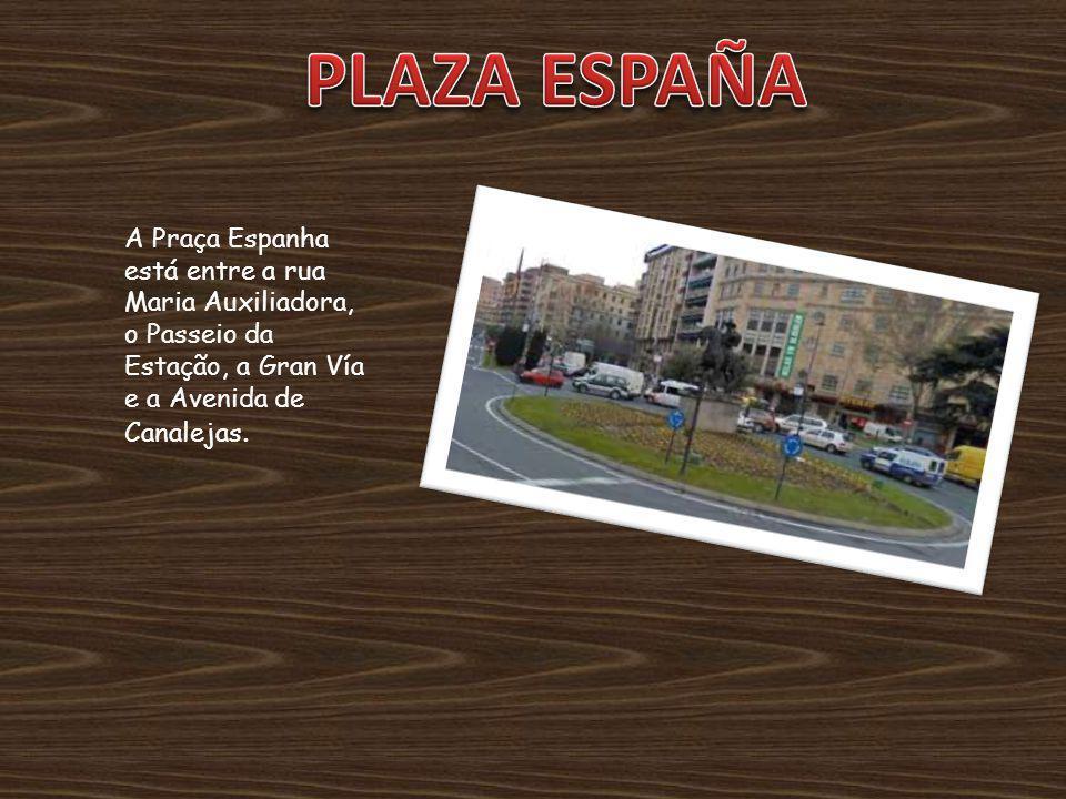 A Praça Espanha está entre a rua Maria Auxiliadora, o Passeio da Estação, a Gran Vía e a Avenida de Canalejas.