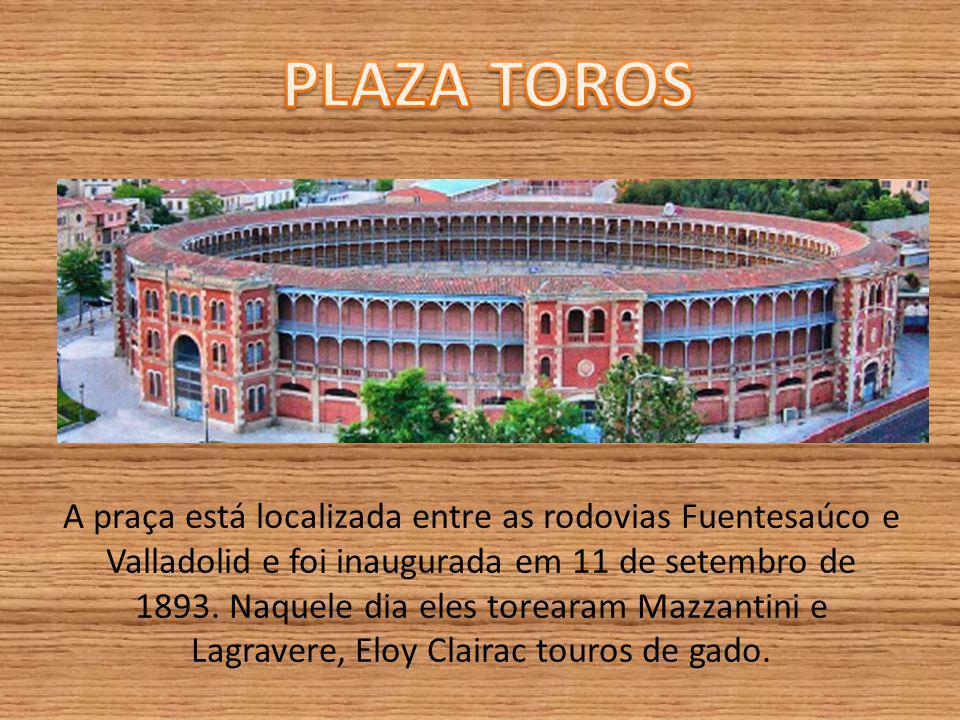 A praça está localizada entre as rodovias Fuentesaúco e Valladolid e foi inaugurada em 11 de setembro de 1893.