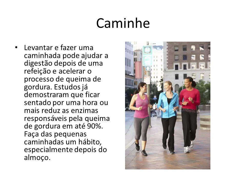Caminhe Levantar e fazer uma caminhada pode ajudar a digestão depois de uma refeição e acelerar o processo de queima de gordura. Estudos já demostrara