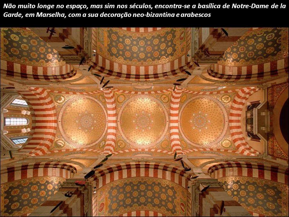 Outro representante do legado do mundo antigo é a Maison Carrée (casa quadrada) em Nîmes, França.