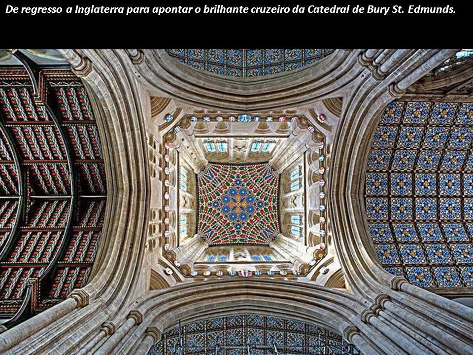 Não muito longe no espaço, mas sim nos séculos, encontra-se a basílica de Notre-Dame de la Garde, em Marselha, com a sua decoração neo-bizantina e arabescos