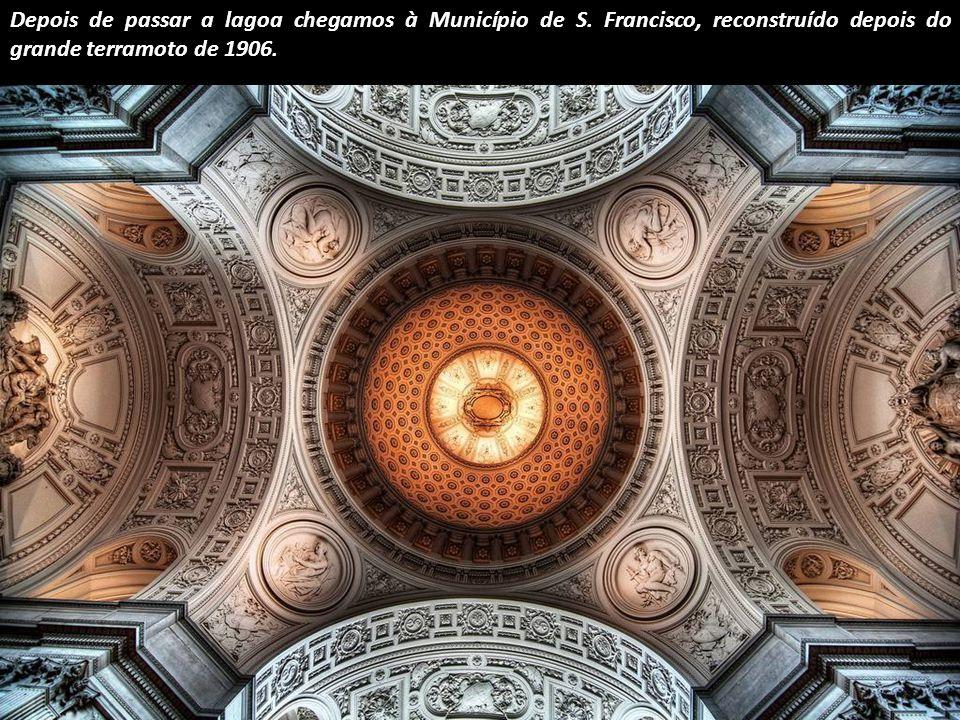 Esta é uma visão quase lisérgica da cúpula da Igreja de S. Nicolau em Amsterdam, do século XIX.