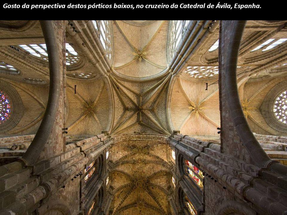 Esta dupla estrela branca pertence à Catedral de Burgos, Espanha.