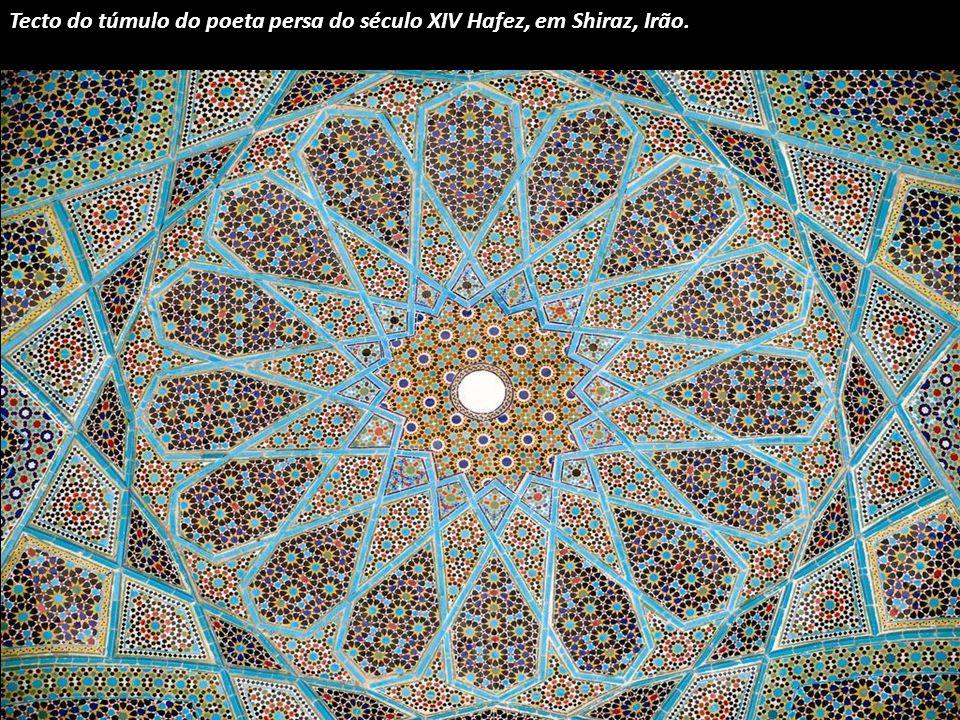 Uma cúpula azul safira que também se encontra em Yazd, Irão.