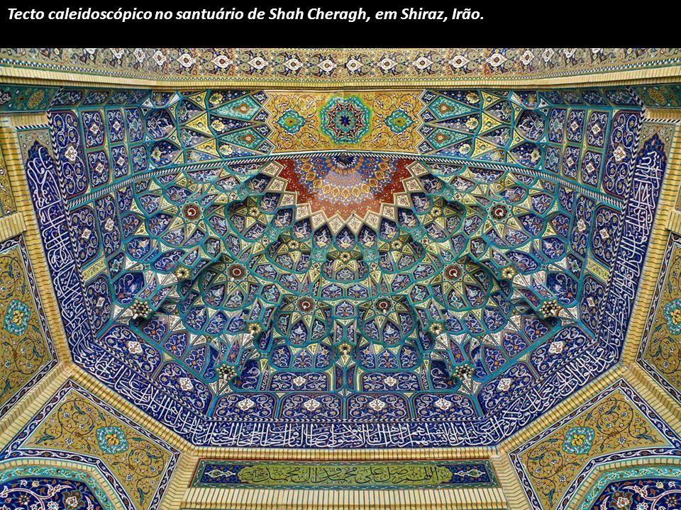 Tecto do túmulo do poeta persa do século XIV Hafez, em Shiraz, Irão.