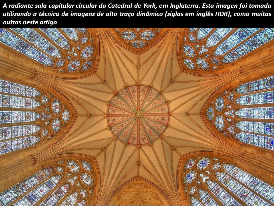 Este espectacular óculo octogonal, sobre o cruzeiro da Catedral de Ely, foi construído após o derrube da antiga torre e completado em 1340.