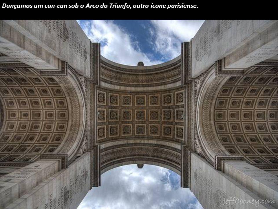 Estamos de regresso à Europa, para olhar debaixo da estrutura da Torre Eiffel, Paris.
