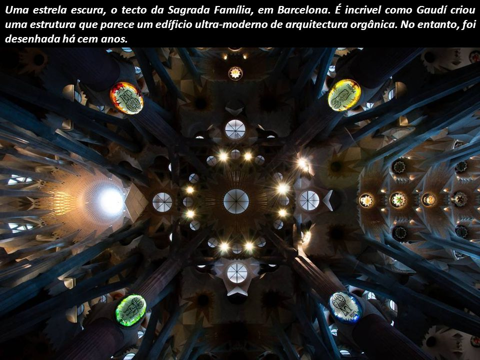 Catedral de Wells: o intrincado desenho geométrico da capela da Virgem, terminada em 1326.