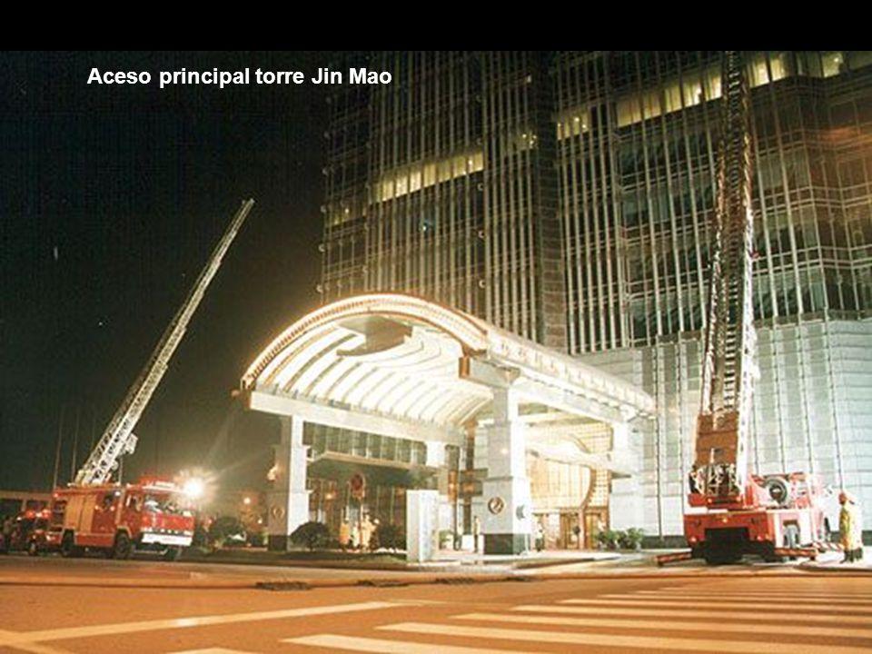 Torre Jin Mao, projetado por SOM Skydmore Owens & Merrill, tem uma altura total de 420.5 metros repartidos em 88 plantas.
