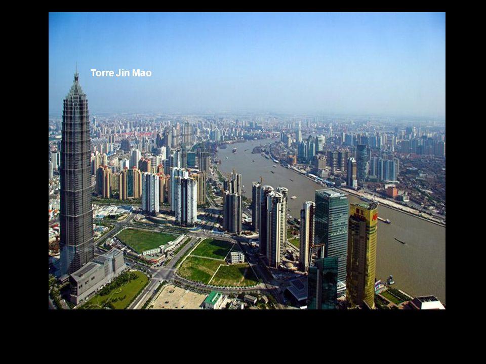Dois dos edifícios mais altos do país estão em Shanghai: a Oriental Pearl Tower, a quarta mas alta do mundo e o arranha céus Jing Mao, o mais alto de todo o país e o quinto de todo mundo.