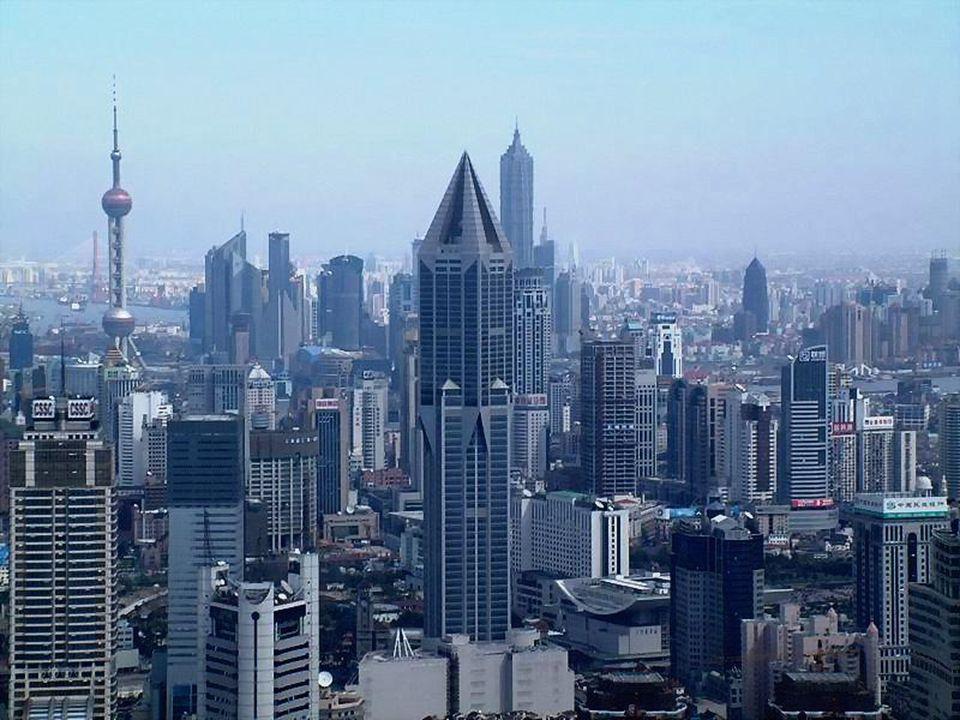 Shanghai não está diretamente no mar (a costa está a 40 quilômetros), a proximidade da desembocadura do Yangzi (a 20 quilômetros) faz que a cidade tenha uns índices de umiedade elevados durante todo o ano.