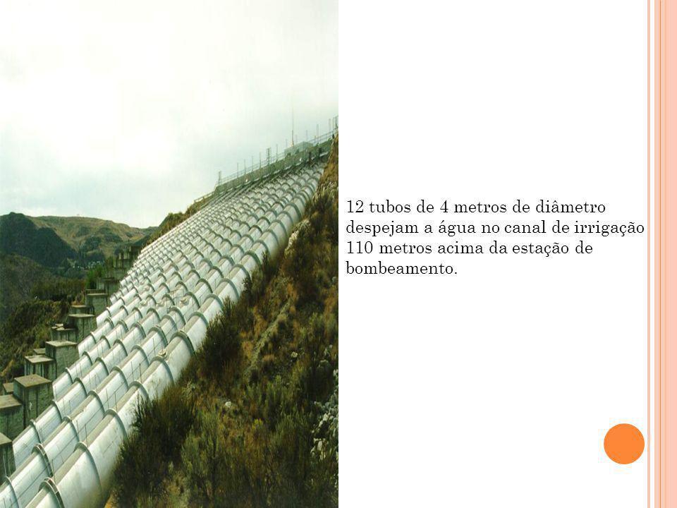 12 tubos de 4 metros de diâmetro despejam a água no canal de irrigação 110 metros acima da estação de bombeamento.