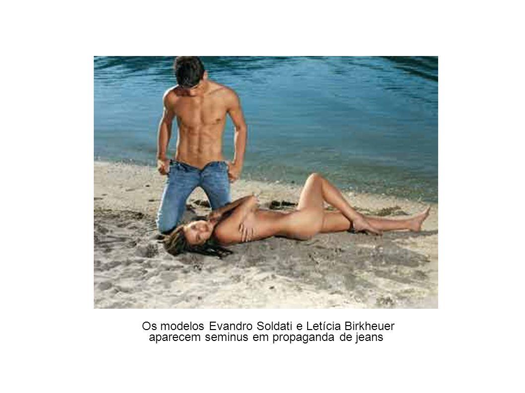 Os modelos Evandro Soldati e Letícia Birkheuer aparecem seminus em propaganda de jeans