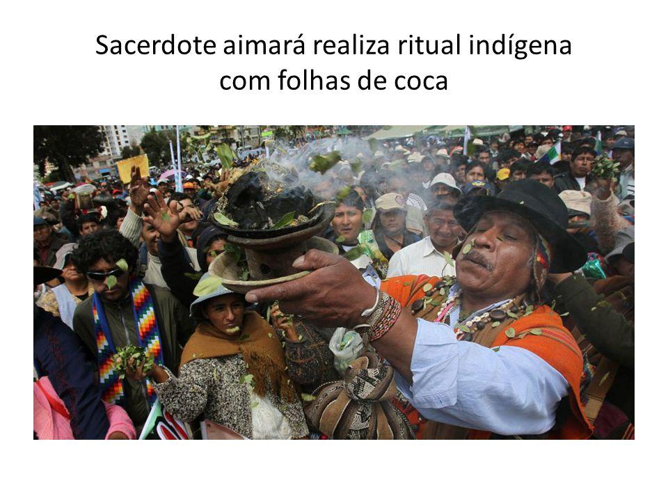 Sacerdote aimará realiza ritual indígena com folhas de coca