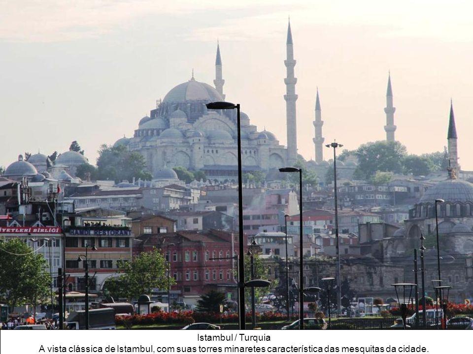 A Turquia situa-se na fronteira entre a Europa e a Ásia. Istambul, a sua maior cidade, une dois continentes sobre o estreito do Bósforo. A história tu