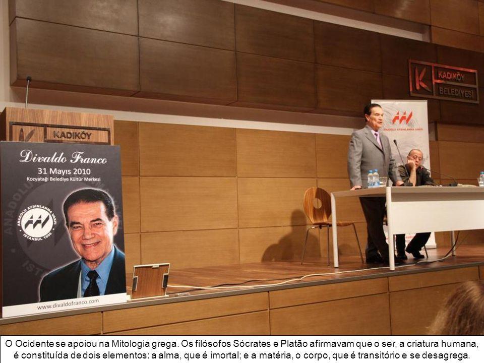 O evento organizado pela Anadolu Aydınlanma Vakfı (Sociedade Anatoliana para Iluminação) realizou-se no Centro Cultural Municipal, na Rua Bayar Cad. S