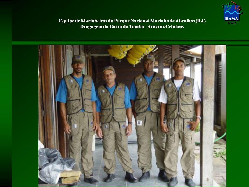 Equipe de Marinheiros do Parque Nacional Marinho de Abrolhos (BA) Dragagem da Barra do Tomba - Aracruz Celulose.