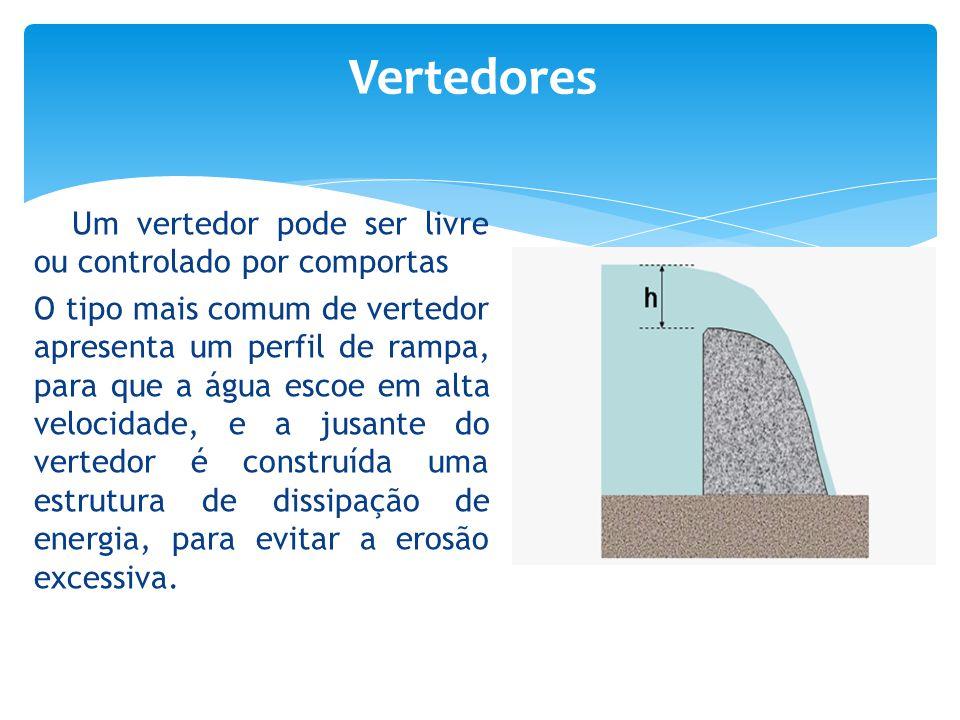 Um vertedor pode ser livre ou controlado por comportas O tipo mais comum de vertedor apresenta um perfil de rampa, para que a água escoe em alta veloc