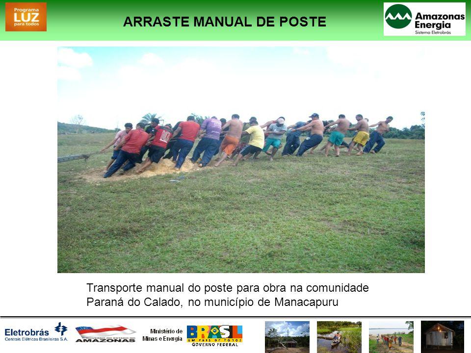 ARRASTE MANUAL DE POSTE Transporte manual do poste para obra na comunidade Paraná do Calado, no município de Manacapuru