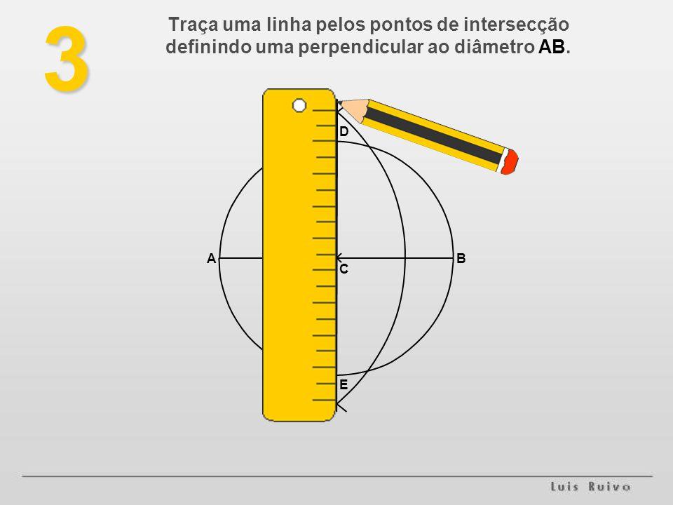 3 Traça uma linha pelos pontos de intersecção definindo uma perpendicular ao diâmetro AB. AB E D C